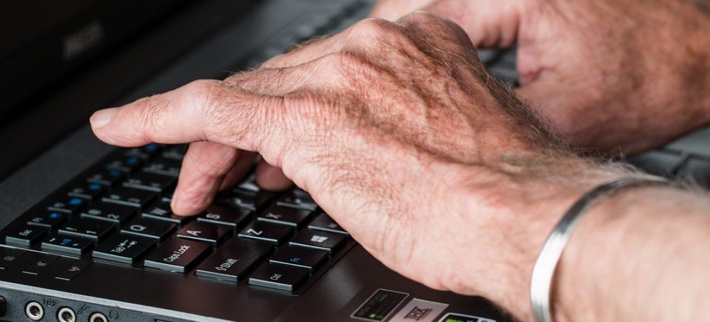 Estudiantes del Pablo Picasso asesoran a personas mayores en el uso de las nuevas tecnologías