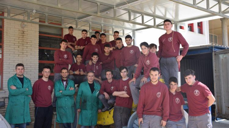 El alumnado del IES María Ibars restaura una apisonadora de los años 40